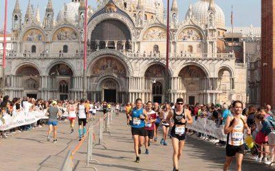 Premi in vetro artistico di Murano ai vincitori della 34a Huawei Venicemarathon